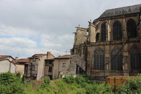 Cathedrale St-Etienne: arcs boutants coté de la cathedrale