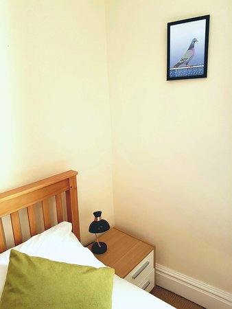 Workington House Bed & Breakfast: Triple room - w/ wardrobe, desk, tea & coffee making facilities, en-suite, complimentary toiletr