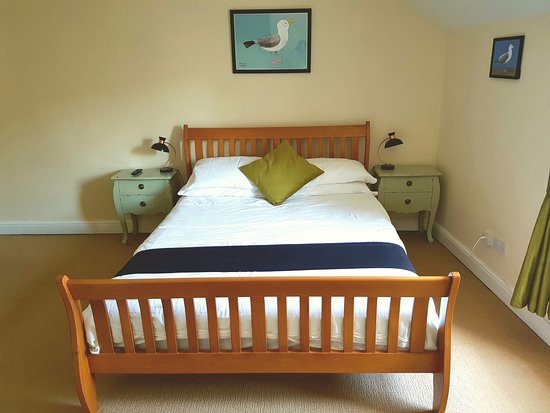 Workington House Bed & Breakfast: King room - with wardrobe, desk, tea & coffee making facilities, en-suite, complimentary toiletr