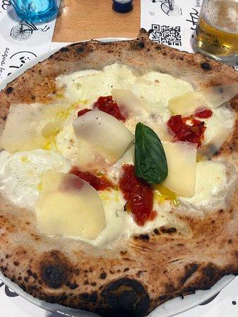 Pizzeria Gorizia 1962 : Pizza macchiata con mozzarella e scaglie di Parmiggiano