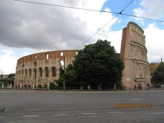 โคลอสเซียม: View of the Colosseum from the road