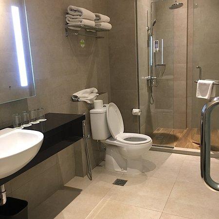 Zest Hotel Sukajadi: Clean toilet
