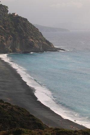Nonza Beach: Fort contraste entre la teinte grise et la teinte bleutée