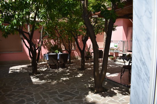 Casa Dominova - Maison de Luxe: Giardino dove viene servita la colazione