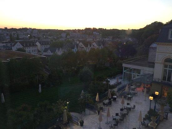 Hotel de France: Abendblick vom Kleinen Fenster (Foto nach draußen gehalten) auf Terrasse und Garten