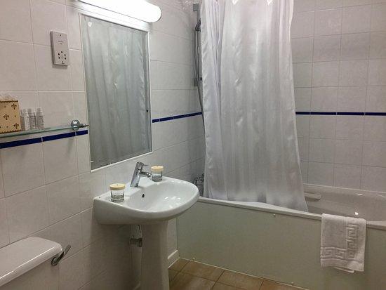 Hotel de France: Unser Bad mit kleinem Waschtisch und kaum Ablagemöglichkeit