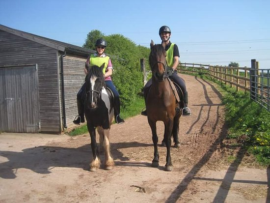 Lea, UK: Greenacres Stables. Me riding Puzzle and Shane on Bess