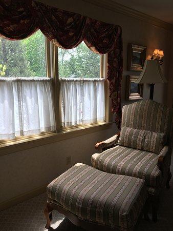 Golden Plough Inn at Peddler's Village : Loved the comfortable chair & ottoman