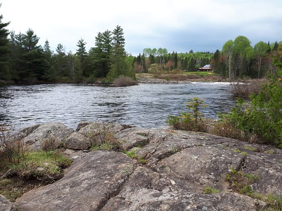 Adventure Lodge: The river just steps from the cabin