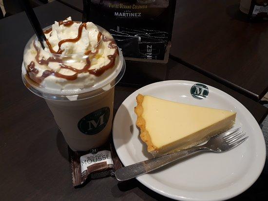 Cafe Martinez: The Café Frio with whipped cream and Maracuja Cake