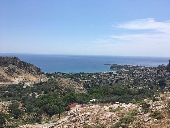 Stegna Beach: Вид на бухту и поселок
