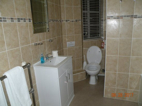Endsleigh Court: Huge bathroom