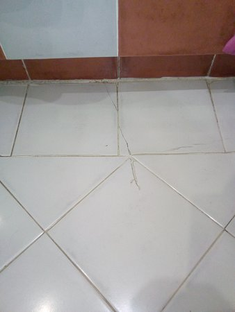 H10 Costa Adeje Palace: New tiles needed and cleaning