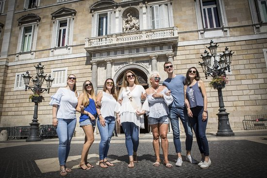 Photoshoot Tours: Bachelorette Party in Barcelona