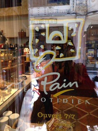 Le Pain Quotidien: 餐廳門的玻璃