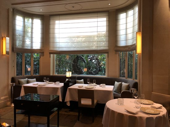 Le Taillevent: tables by the window