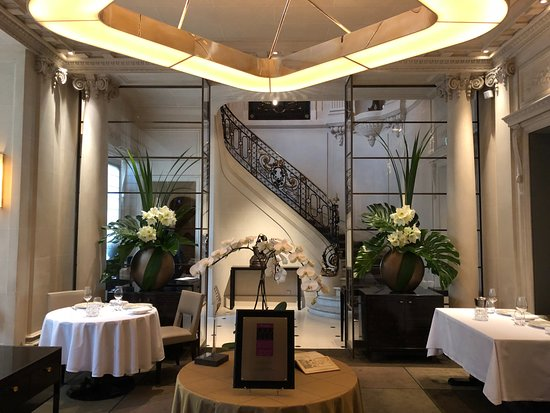 Le Taillevent: Exquisite fresh floral displays