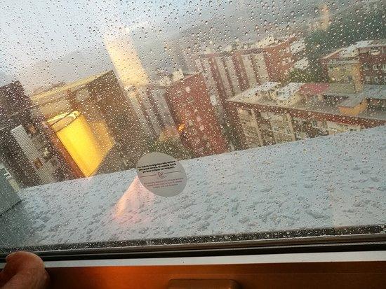 Ayre Gran Hotel Colon: La ventana cerraba mal y entraba la lluvia y el viento