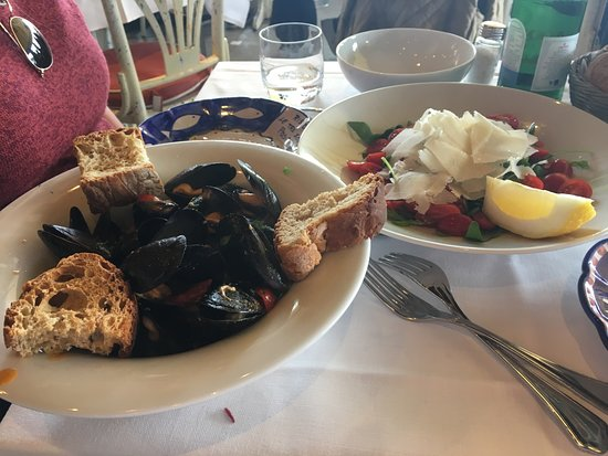 Le Tre Sorelle: Yummy mussels and salad