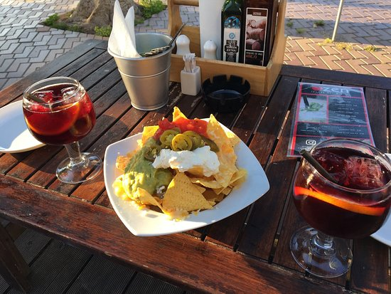 Zen Lounge Bar and Grill: nachos and sangria