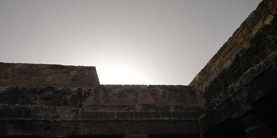 สุสานกษัตริย์: Walking inside the park and the Tombs at late afternoon to enjoy the sunset light