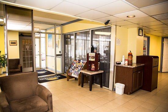Days Inn by Wyndham Alexandria South: Lobby: Entrance