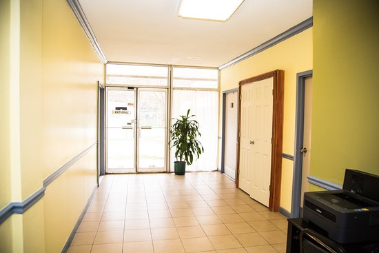 Days Inn by Wyndham Alexandria South: Lobby: Rest Rooms