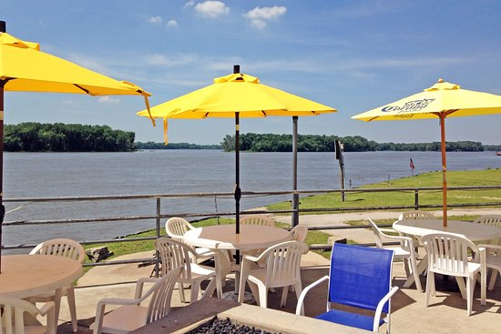 The Loading Dock Bar and Grill : Great view of Mississippi River from anyplace