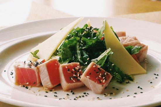 Cafe Dacha: Салат с тунцом из меню ресторана Дача