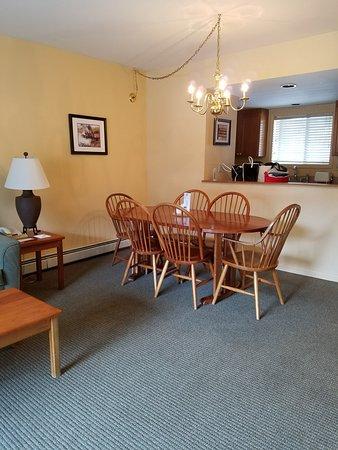 InnSeason Resorts Pollard Brook: dining room looking into kitchen