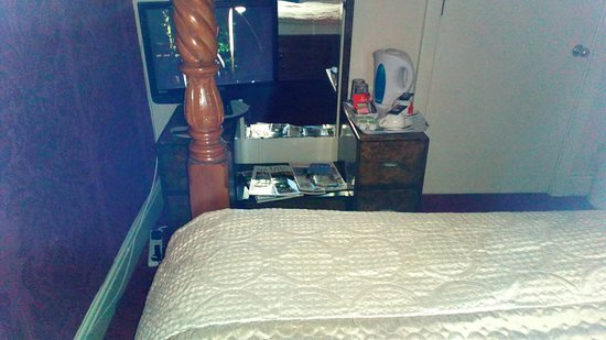 Little Weighton, UK: can't see tv at foot of bed, post in the way in room 17