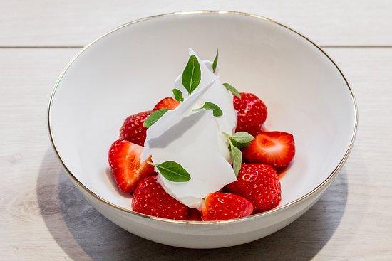 Les Agitateurs: Fraises, glace yaourt au thym citron, meringue craquantes, basilic