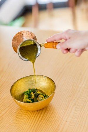 Les Agitateurs: Madame l'asperge en robe de curry vert