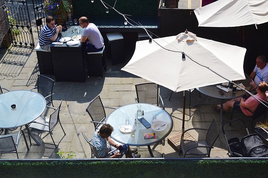 Oliver's Restaurant: Outdoor seating