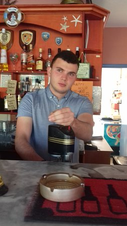 Grapevines Hotel: The barman!!!