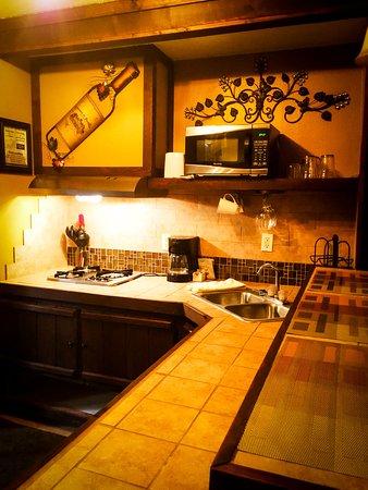 Redwoods River Resort & Campground : Mini-Suite 6 Kitchenette