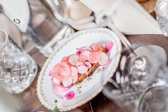 Les Agitateurs: Pain de la Maison Bordonnat, radis, beurre, rose