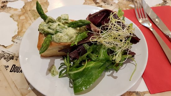 Le Vintage Restaurant -- Bar a Vin: insalata e vol au vent con asparagi