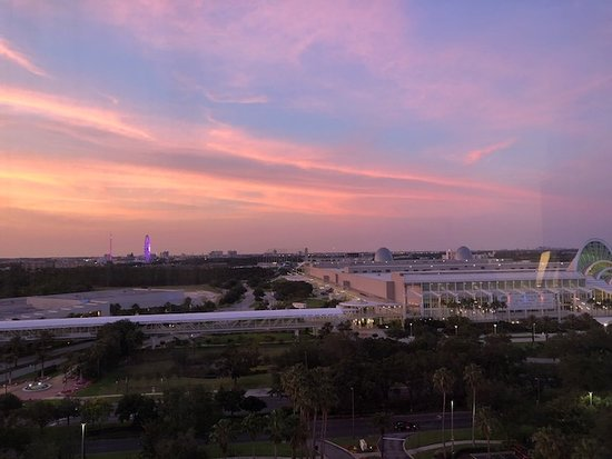 Rosen Centre Hotel: Looking out over the Convention Center to the right