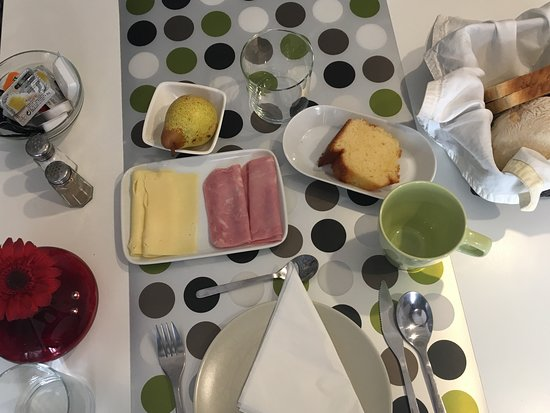 ZUZA Guest House: breakfast spread while waiting for eggs & bacon.