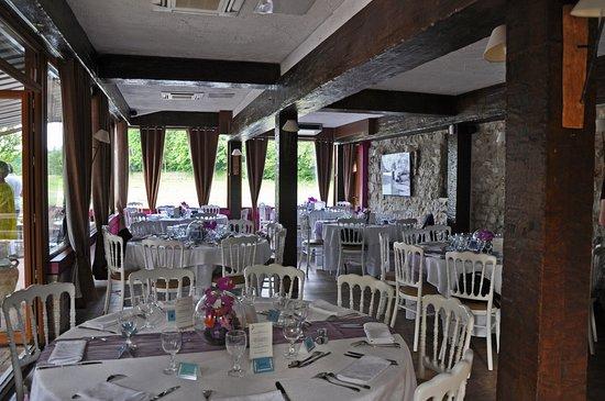 Varennes-Jarcy, France : la salle de restaurant