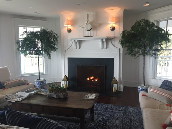 Harbor View Hotel : Cozy lobby area with fire