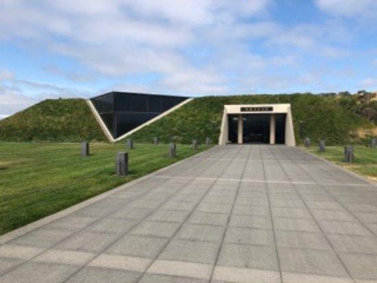 Artesa Vineyards & Winery: View of entrance