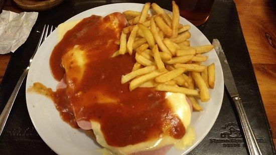 Familia Weiss Restaurant: Milanesa a la napolitana con fritas