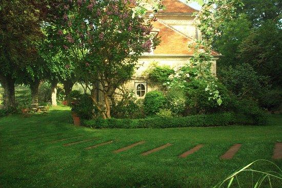Le Presbytère Perché: vue du jardin au printemps