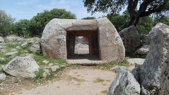 Parco Archeologico di Pranu Muttedu: Tomba 2, l'accesso