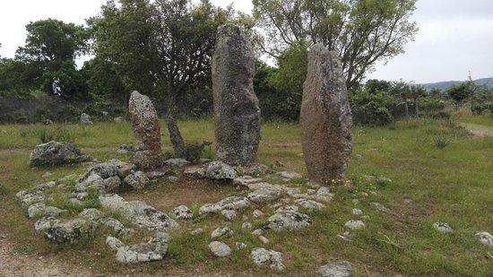 """Goni, Włochy: La """"triade"""" di menhir presso il parcheggio"""