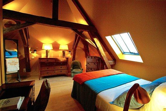 Orne, França: La chambre ALFRED, le charme d'une charpente et d'un parquet en chêne