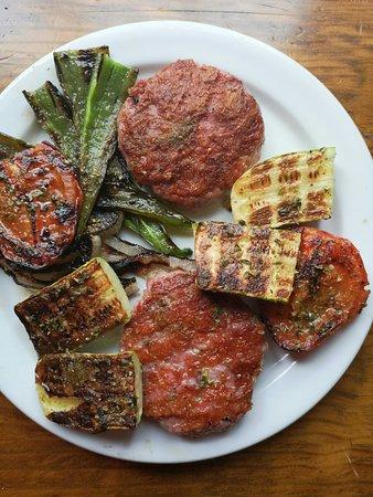 El Portesuelo Bar & Restaurant: Albóndigas en salsa y hamburguesas de pollo con verduras.