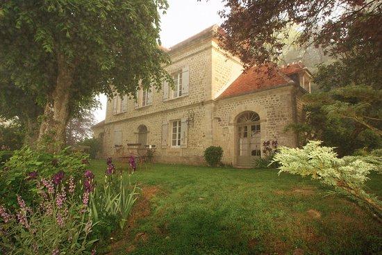 Orne, França: Le PRESBYTÈRE PERCHÉ tôt le matin au printemps